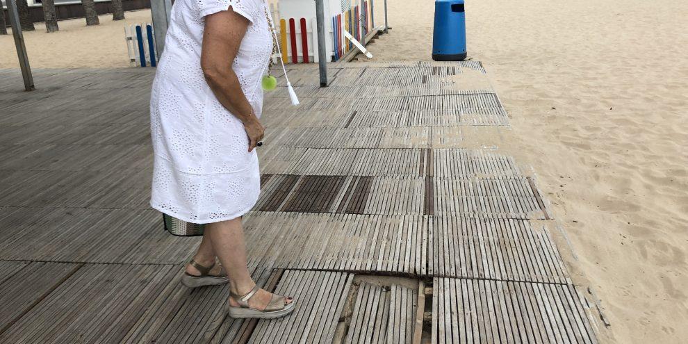 La edil señala el pavimento roto sobre el que la gente va descalza